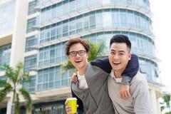 Beste Vrienden Twee kerels die en in de stad koesteren lopen royalty-vrije stock fotografie