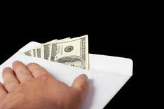 Bestechungsgeld in einem Umschlag und in einer Hand Lizenzfreies Stockbild
