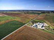 Besteed Cornfields en Landbouwbedrijf stock afbeelding