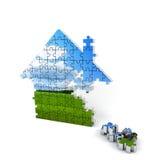 Bestehende Puzzlespiele des Hauses auf Weiß Lizenzfreie Stockfotografie