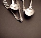 Bestek dat met vork, mes en lepels wordt geplaatst Stock Afbeeldingen