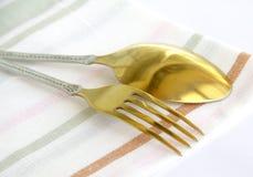 Bestek, lepel en vork op linnenservet Stock Fotografie