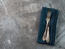 Bestek op smaragdgroen linnenservet, exemplaarruimte royalty-vrije stock afbeelding