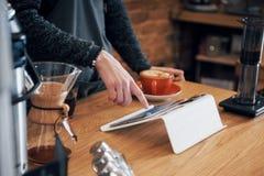 Bestellungs-Konzept Barista Prepare Coffee Working lizenzfreie stockbilder