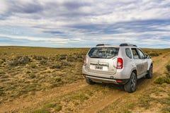 Bestelwagen bij Patagonian Vuile Weg wordt geparkeerd die Stock Foto's