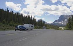 Bestelwagen met aanhangwagen die een goede reis in rockies heeft Royalty-vrije Stock Fotografie