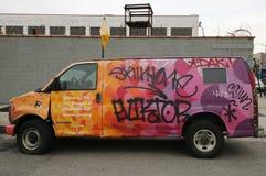 Bestelwagen met graffiti bij het Oosten Williamsburg in Brooklyn wordt geschilderd dat Royalty-vrije Stock Afbeelding