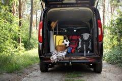 Bestelwagen met het kamperen materiaal in boomstam royalty-vrije stock afbeelding
