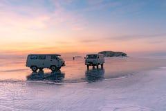 Bestelwagen op bevroren het watermeer van Baikal met dramatische hemelachtergrond royalty-vrije stock foto