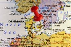 Bestemmingskaart, rode speld op Kopenhagen Stock Foto's