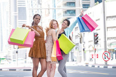 Bester Tag für den Einkauf Drei Freunde, die Einkaufstaschen im Th halten Stockfotos