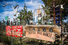 Bestes Bild mit Elmer's-Flaschen-Baum-Ranch auf Route 66 lizenzfreie stockfotos