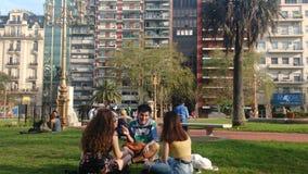 Bestes der Freunde Enjoyings die Sonne und der Frühling stockbild