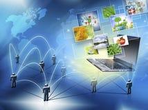 Bestes Internet-Konzept des globalen Geschäfts Kugel, Laptop auf technologischem Hintergrund Elektronik, Wi-Fi, Strahlen, Symbole Stockfotografie