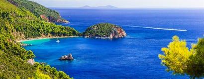 Bestes von Skopelos-Insel, Panorama schönen Stafylos-Strandes lizenzfreie stockbilder