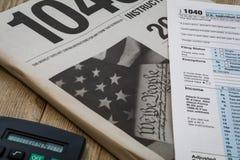 Besteuern Sie Vorbereitungsbroschürenformen und Steuertabelle für 2016 Stockfotografie