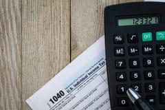 Besteuern Sie Vorbereitungsform und -taschenrechner auf hölzernem Brett Lizenzfreies Stockfoto