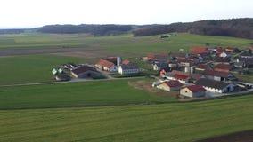 Bestiame e aziende lattiere in un piccolo villaggio in Europa, Levanjci, contea di Destrnik in Slovenia stock footage