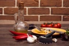 Bestick för kött, grönsaker, kryddor och olivolja Royaltyfri Foto