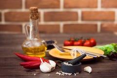 Bestick för kött, grönsaker, kryddor och olivolja horisontal Fotografering för Bildbyråer
