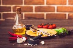 Bestick för kött, grönsaker, kryddor och olivolja horisontal Royaltyfri Fotografi