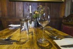Bestick och glasföremål på en tabell Royaltyfria Bilder