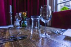 Bestick och glasföremål på tabellen Royaltyfri Bild