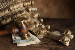 Bestickning och korruption i rätten royaltyfri bild