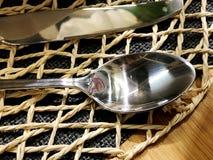 Bestickuppsättning: sked och kniv på trätabellen Bestick på träbakgrund Kan användas som bakgrundsmenyn för restaurang Top beskåd Royaltyfri Fotografi
