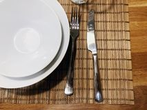 Bestickuppsättning: sked och kniv på trätabellen Bestick på träbakgrund Kan användas som bakgrundsmenyn för restaurang Top beskåd Royaltyfri Bild