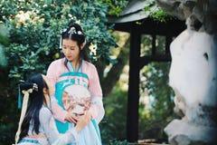 Bestie étroit d'amies dans le costume antique traditionnel chinois Image libre de droits