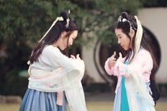 Bestie étroit d'amies dans le costume antique traditionnel chinois Photographie stock libre de droits