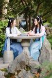 Bestie étroit d'amies dans le rire antique traditionnel chinois d'entretien de causerie de costume Photos libres de droits