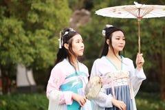 Bestie chinois d'amis intimes de Cosplay meilleur dans le hanfu antique traditionnel de costume de drame Photographie stock libre de droits