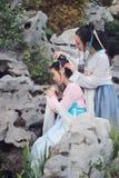 Bestie próximo das amigas no traje antigo tradicional chinês Fotos de Stock Royalty Free
