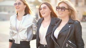 Besties felices de la amistad de las mujeres que caminan la calle de la ciudad metrajes