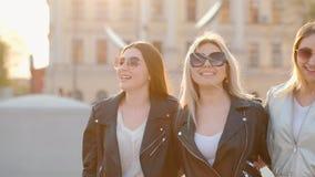 Besties verdaderos de la amistad de las mujeres que disfrutan de tiempo almacen de video