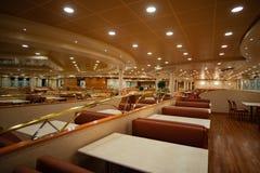 Bestimmte Ansicht eines luxuriösen Restaurants in einem Kreuzschiff lizenzfreie stockfotos