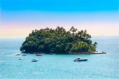 Bestimmte Insel - kleine Insel, Sommer unter buntem Himmel lizenzfreie stockbilder