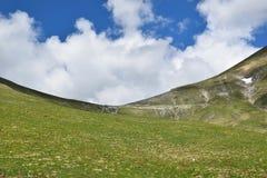 Bestimmter Bergblick mit einem schönen Himmel im Hintergrund Stockfotos