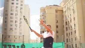 Bestimmter blonder männlicher Tennisspieler ist bereit, einen starken Aufschlag zurückzubringen stock footage