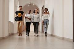 Bestimmtheitsgruppe junge und stilvolle Studenten lizenzfreies stockfoto