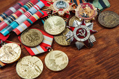 Beställning av det patriotiska kriget i St och medaljer för segern över Tyskland på en tabell close upp Bild för selektiv fokus Royaltyfri Foto
