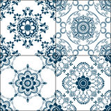 Beståndsdelar för Seamles gränsmodell med blommor och snör åt linjer i indisk mehndistil som isoleras på vit bakgrund Arkivfoto