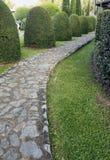 Bestrating die van steen in mooie tuin wordt gemaakt Royalty-vrije Stock Fotografie