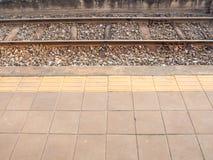 Bestrating en braille-blok van platform van spoorwegen Royalty-vrije Stock Fotografie