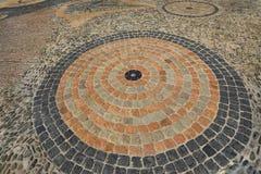 Bestrating met concentrisch patroon Gevormde vloergang in het park royalty-vrije stock afbeelding