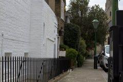 Bestrating op een stil gebied van Londen Bakstenen muren van huizen Europese stijl stock fotografie