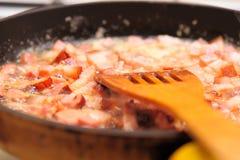 Bestreichen Sie gebratenes Fleisch in der Wanne mit Butter Stockbilder