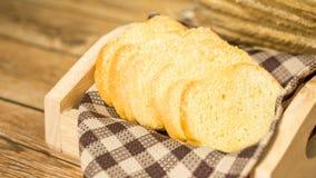Bestreichen Sie gerösteten Brotbelagszucker auf hölzernem Behälter mit Butter Lizenzfreie Stockbilder